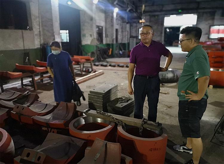 山东某矿山机械设备厂吕老板和夫人冒着大雨来到【贝博网址进不去】高铬BB平台